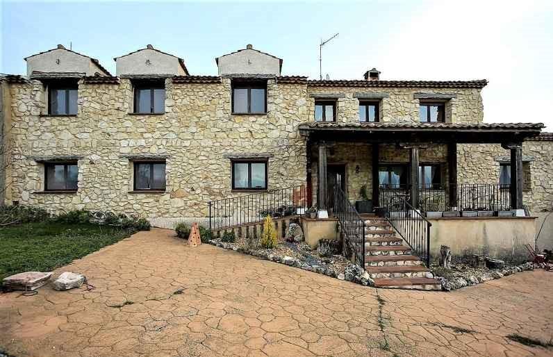 Casa de Pueblo de 7 Habitaciones y 8 Baños. 445.000€